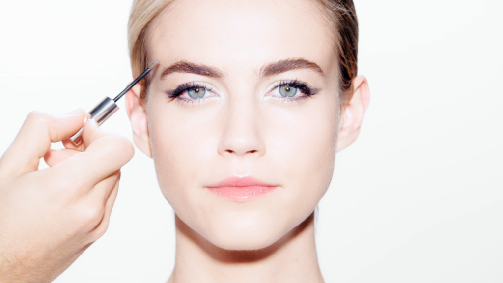 A Simple Video Tutorial to Help You Create a Contemporary Cat-Eye Look