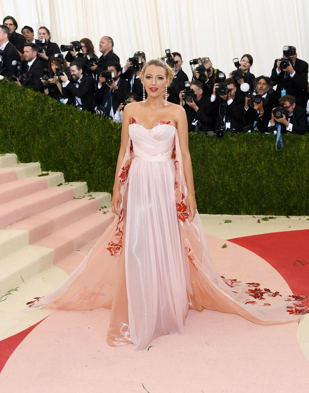 29 Dazzling Red-Carpet Looks from the 2016 Met Gala