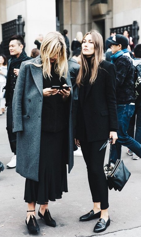 off-duty-models-on-phone