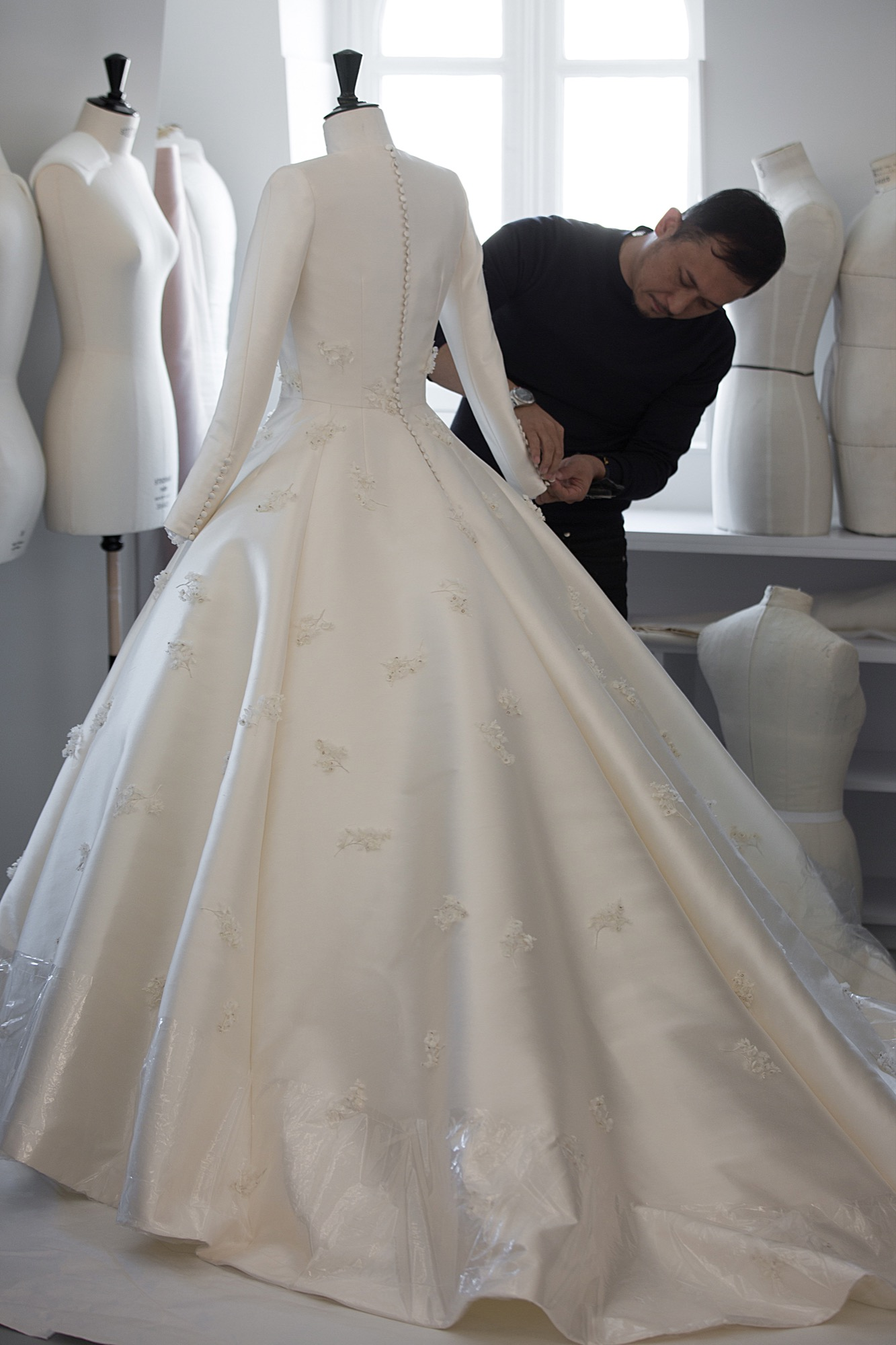 The making of miranda kerr 39 s dior wedding gown savoir flair for Dior couture dress price