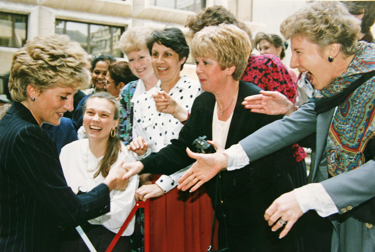 princess diana meeting fans