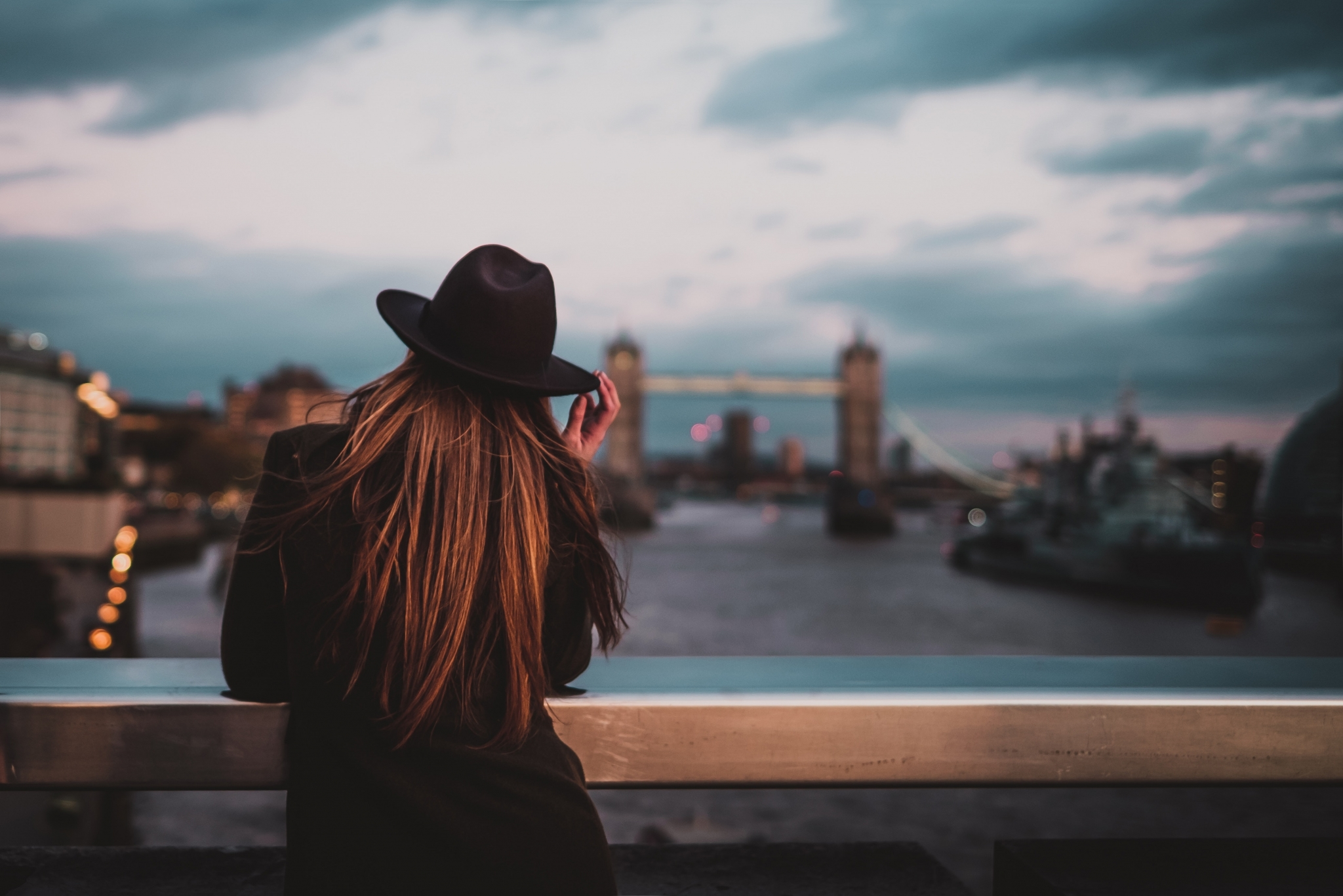 woman in london luigi manga 457597 unsplash