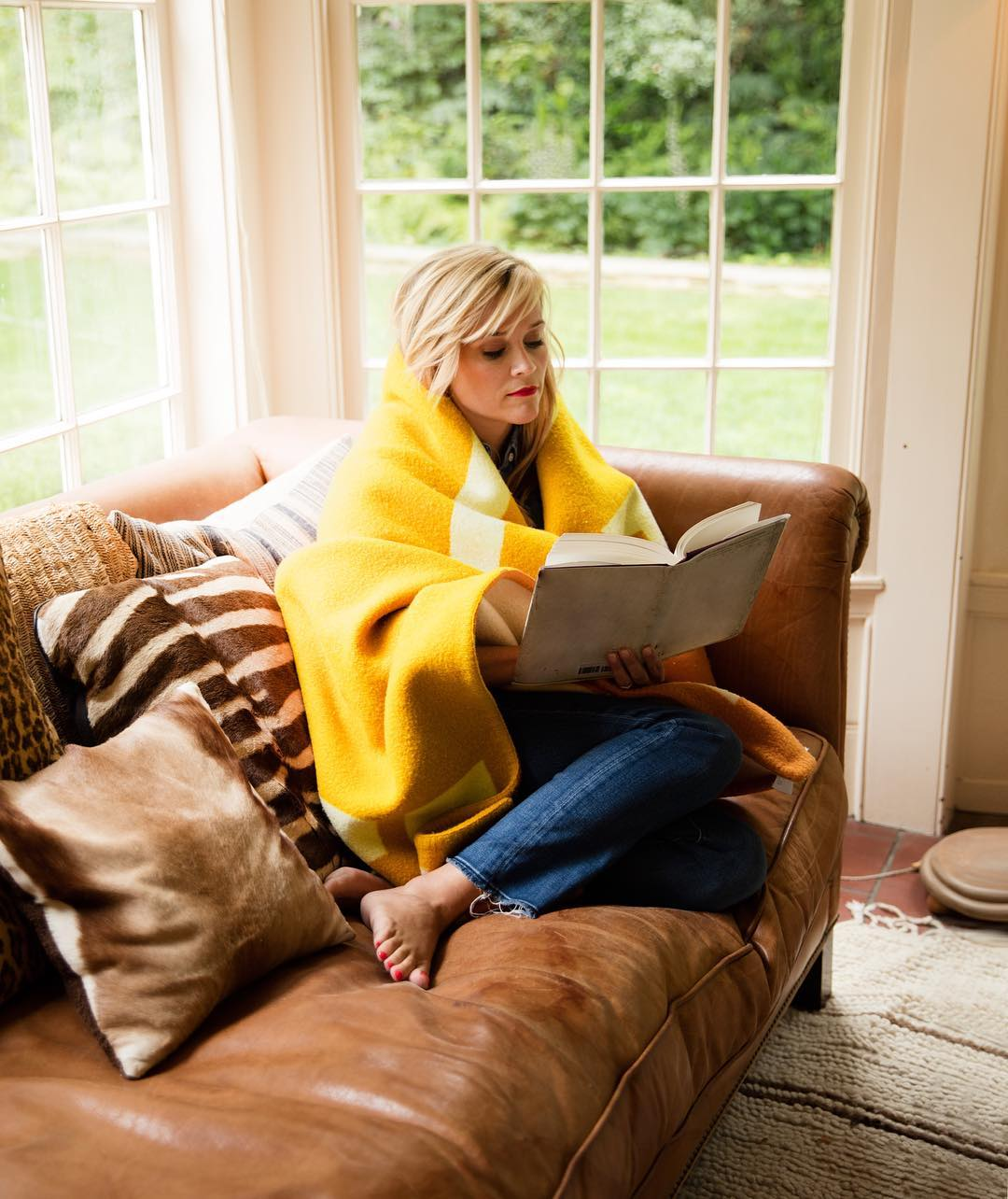 Reese Witherspoon reading