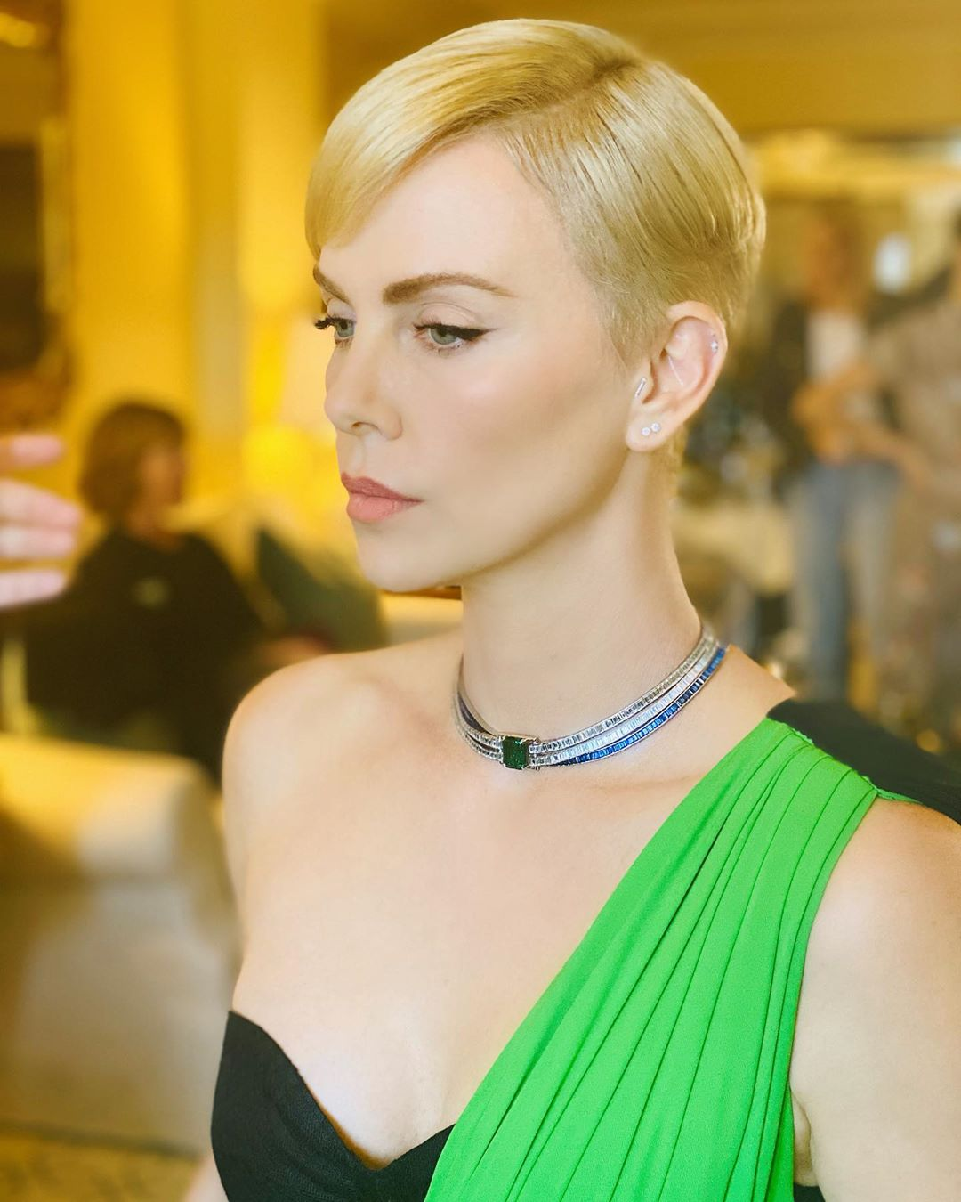 golden globes 2020 beauty charlize theron